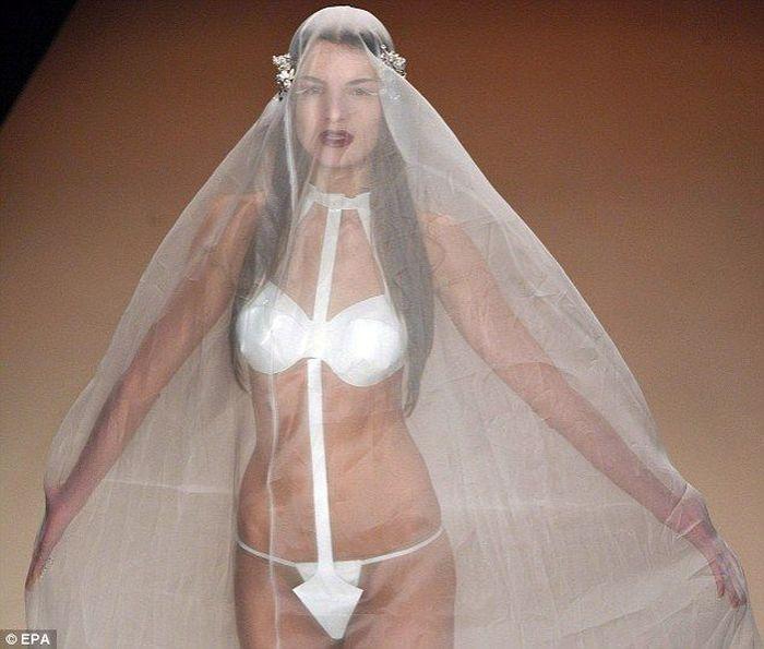 Нельзя, чтобы у невесты было нижнее белье не белого цвета.